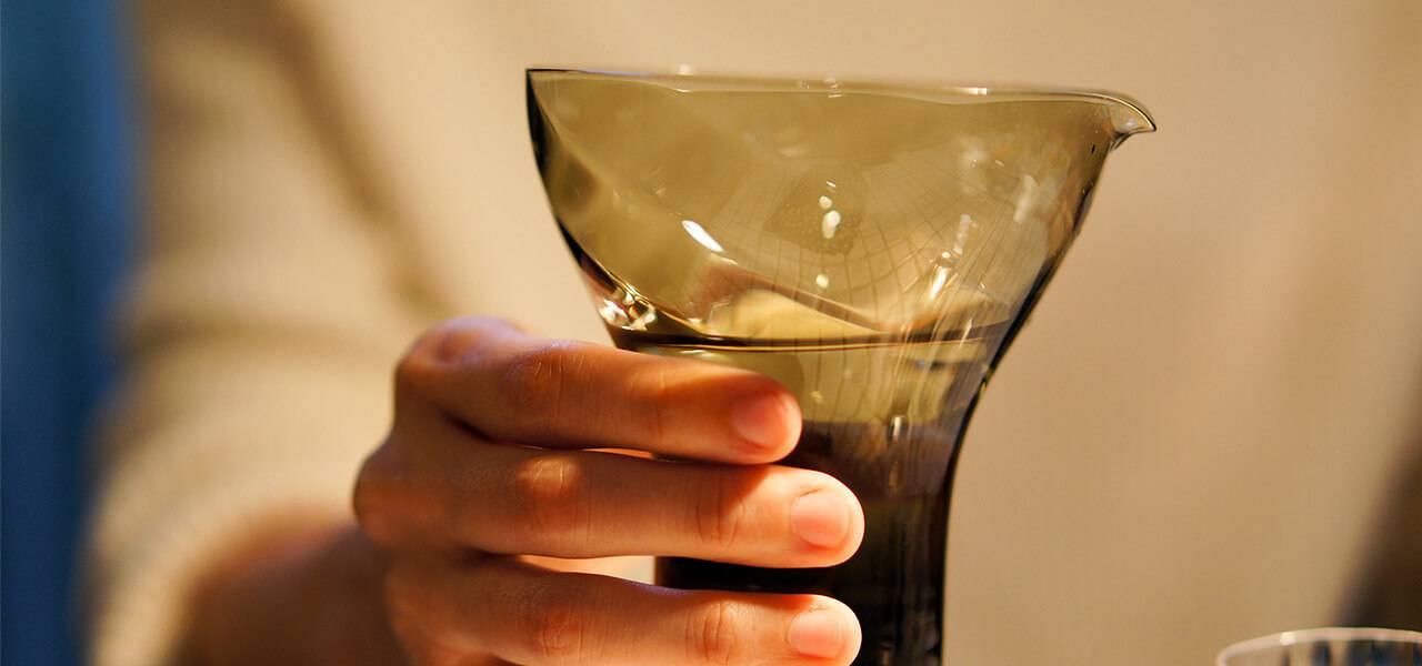 ぐい飲みグラス「宴」 片口M(カーボンブラック)